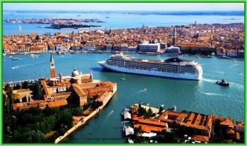 В минувшую субботу через Венецианскую лагуну проплыли большие корабли