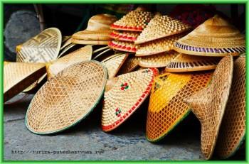 Выбирая сувениры во Вьетнаме, не стоит забывать также о традиционных конических шляпах, которыми славится древний город Хюэ