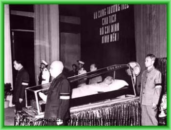 Тело Хо Ши Мина покоится в главном зале комплекса, около него стоит почетный караул
