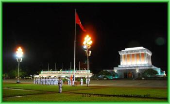 Мавзолей Хо Ши Мина все же имеет и вполне традиционные детали вьетнамской архитектуры