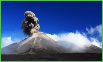 Вулкан Этна - В субботу жители Сицилии вновь увидели над островом столб дыма и пламени