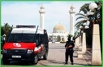 Смертник в Тунисе хотел взорвать отель - Обошлось без жертв - Полиция Туниса недалеко от места взрыва