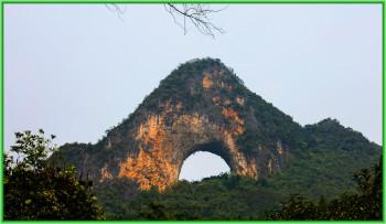 Цель экскурсии - холм Лунный Камень в горах с вершиной в виде угольного ушка с отверстием посередине, недалеко от города Яншо