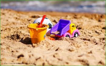 Бельгия - детские игрушки на пляже в Остенде фото