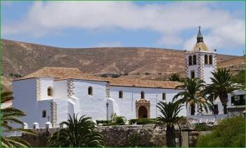 В деревне Бетанкурия церковь в деревне на Канарах фото