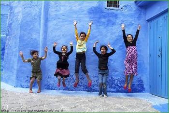 Шефшауен в октябре - дети на улице города Марокко фото
