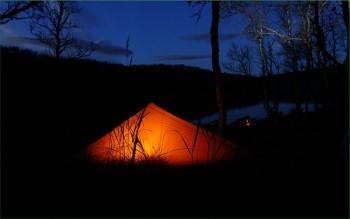 На природе в Норвегии - палатка около лесного озера ночью - фото