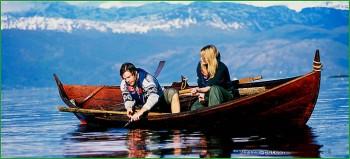Норвегия - фото природы - туристы на каноэ рыбачат