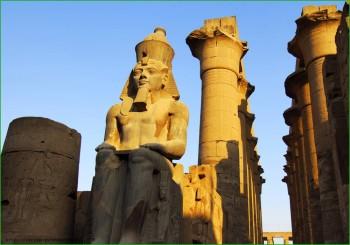 Статуя Рамзеса в Луксоре фото