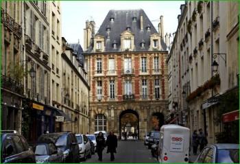 Париж квартал Маре в апреле фото
