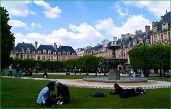Париж - Площадь Вогезов в апреле фото