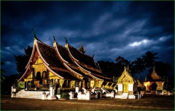 Храм в Луанг-Прабанге Ват-Сиенг-Тонг в декабре фото
